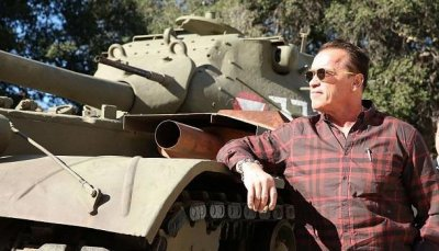 Шварценеггер переехал лимузин Lincoln на своем личном танке (ВИДЕО) - «Новости дня»