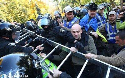 Радикалы в Киеве пытаются снести памятник Ватутину - (видео)