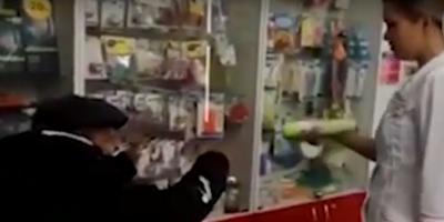 Сотрудница алтайской аптеки распылила освежитель воздуха в лицо пенсионеру