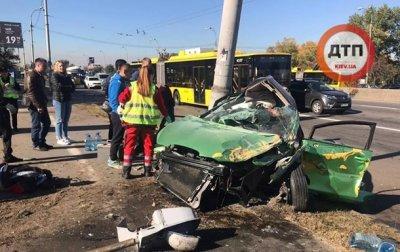 В Киеве автомобиль врезался в столб, есть жертвы - «Украина»
