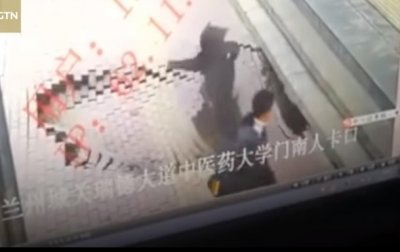 В Китае женщина провалилась под тротуар - (видео)