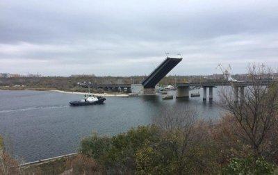 В Николаеве развели мосты для прохода буксира - (видео)