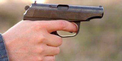 В Подмосковье инспектор ДПС случайно выстрелил в себя, отбиваясь от женщины