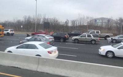 В США произошел ряд ДТП из-за денег, выпавших на трассу - (видео)