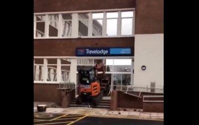 Обманутый рабочий разрушил построенный им отель - (видео)