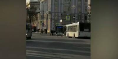 Ростовский водитель забыл про ручник и кинулся останавливать автобус руками