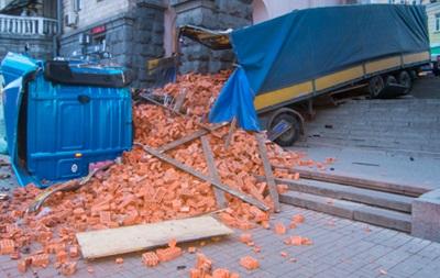 ДТП с фурой: центр Киева засыпало кирпичами - «Украина»