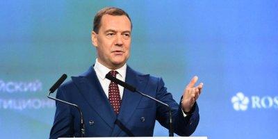Медведев: экономика РФ растет третий год подряд, но граждане этого не ощущают