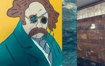 Националист изрезал портреты Шевченко в метро Киева - «Украина»