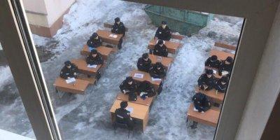 Студентов университета МВД в Москве посадили за парты на морозе