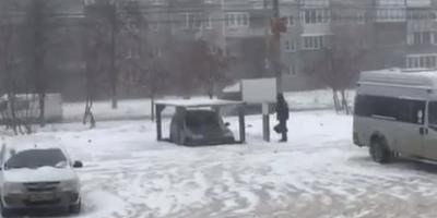 В Челябинске мужчина построил парковочный лифт для своей машины