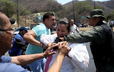 В Венесуэле произошли столкновения оппозиции и полиции из-за гумпомощи - (видео)