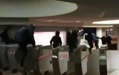 В Харьковском метро подростки устроили массовое перепрыгивание турникетов - (видео)