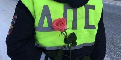 """""""8 Марта - в каждый дом"""": столичная полиция поздравляет женщин с праздником"""