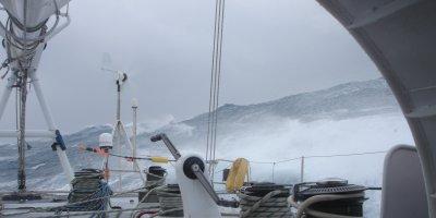 Федор Конюхов пережил 12-бальный шторм на весельной лодке в океане