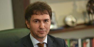 Новосибирский депутат пригрозил лишить аккредитации травмированную журналистку за сидячее прослушивание гимна РФ