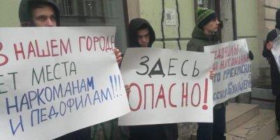Участница пикета у штаба Навального в Санкт-Петербурге создает движение в защиту детей