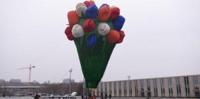 В Международный женский день в Москве установили огромный аэростат-букет