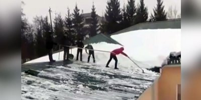 В Татарстане школьников заставили чистить крышу без страховки