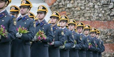 """Военнослужащие Кремлевского полка поддержали акцию """"Вам, любимые!"""" и подарили женщинам цветы"""