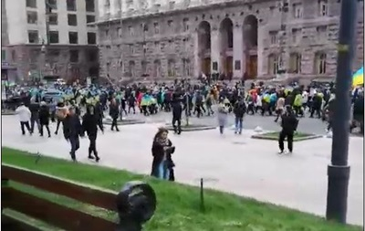 Движение по Крещатику перекрыто, проезжая часть заполнена людьми - «Украина»