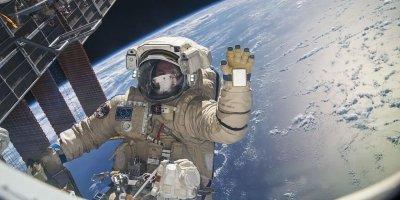 """""""Изучают, кто дырки просверливает"""": в РАН объявили космонавтов беполезными для науки"""