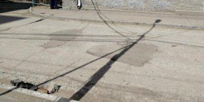 """Омские власти заделали """"отремонтированные"""" ребенком при помощи песка дорожные выбоины"""