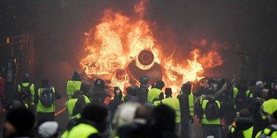Протестующие в Париже начали жечь машины