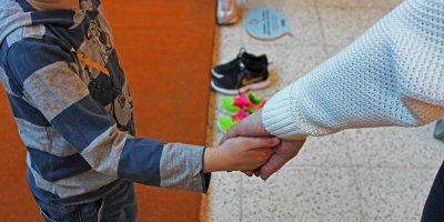 Соседи и соцслужбы затравили усыновившую ребенка с ВИЧ новосибирскую семью
