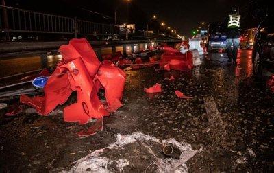 В Киеве пьяный водитель снес ограждение, разбил две машины и скрылся - «Украина»