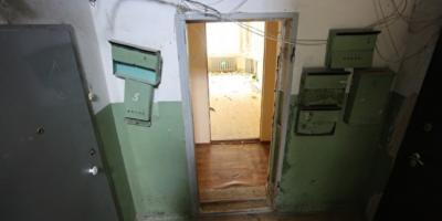 В Нижнем Тагиле сироту из детдома поселили в квартиру без окон и пола