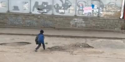 """Власти Омска поблагодарили ребенка за """"ремонт"""" дороги с помощью детской лопатки и песка"""