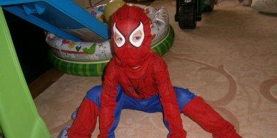 """4-летний житель Тбилиси в костюме """"Человека-паука"""" выжил после падения с 8-го этажа"""