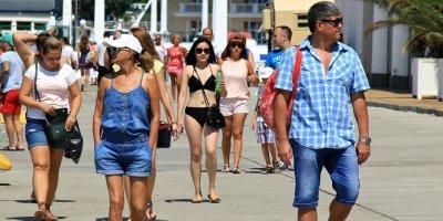 В Черногории хотят штрафовать туристов на €500-700 за еду на улице и прогулки в купальнике
