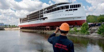 В России спустили на воду первый отечественный туристический лайнер