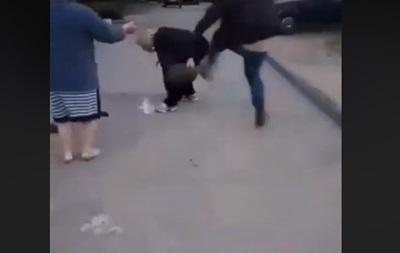 В Запорожье водитель избил соседку из-за парковки - (видео)