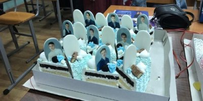 Красноярским выпускникам подарили торт с надгробиями