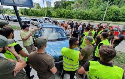 Скандальная стройка в Киеве: активисты перекрыли стройплощадку машинами - «Украина»
