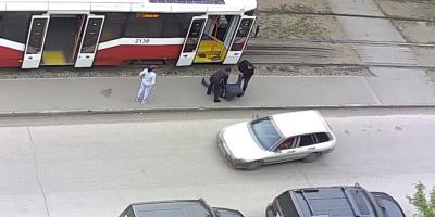 В Новосибирске мужчину с сотрясением мозга вынесли из трамвая и бросили на улице без сознания