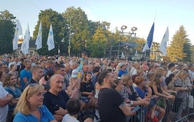 Во время встречи Порошенко с избирателями бросили дымовые шашки - (видео)