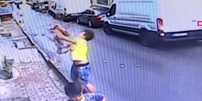 Житель Стамбула поймал выпавшего из окна двухлетнего ребенка