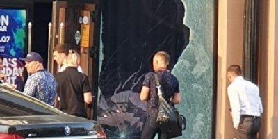 На Урале водитель BMW не смог заплатить 100 тысяч по счету в баре и в отместку протаранил вход