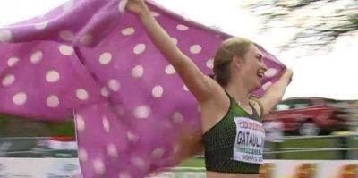 Российская спортсменка после победы на ЧЕ пробежала круг почета с пледом в горошек вместо флага РФ
