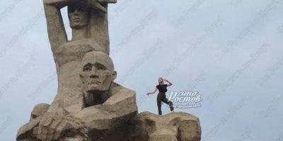 Ростовская школьница устроила фотосессию на мемориале жертвам фашизма