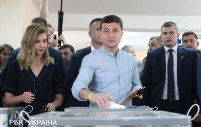 Зеленский потерял супругу в толпе перед избирательным участком - (видео)