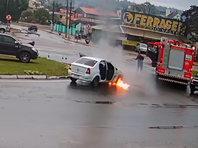 Идеальное совпадение: в Бразилии автомобиль загорелся на перекрестке, когда рядом стояла пожарная машина (ВИДЕО) - «Автоновости»