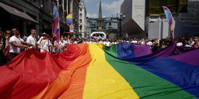 Британский судья отказал мигранту в убежище из-за недостаточной для гея женственности