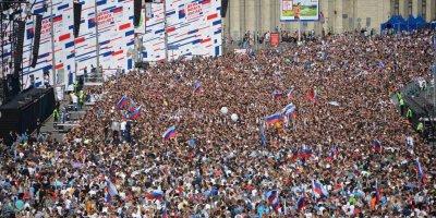 Эксперт: участие россиян в праздновании Дня флага - доказательство любви и уважения к стране