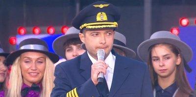 Героический пилот A321 Дамир Юсупов поздравил россиян с Днем флага