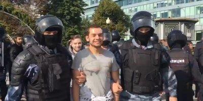 На участника незаконной акции в Москве могут завести дело за травму росгвардейцу
